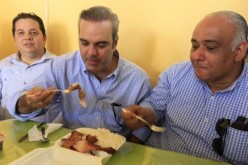 Luis Abinader «fajao» en campaña con un pica-pollo