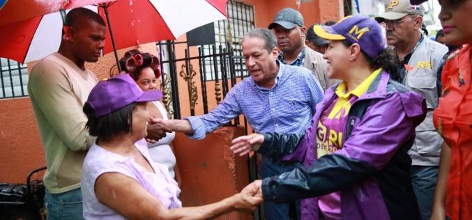 Margarita y Reinaldo, bajo lluvia, buscando votos en barrios de la Capital