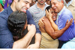 Roberto y Robertico confundidos en abrazos con la pobreza en busca de votos