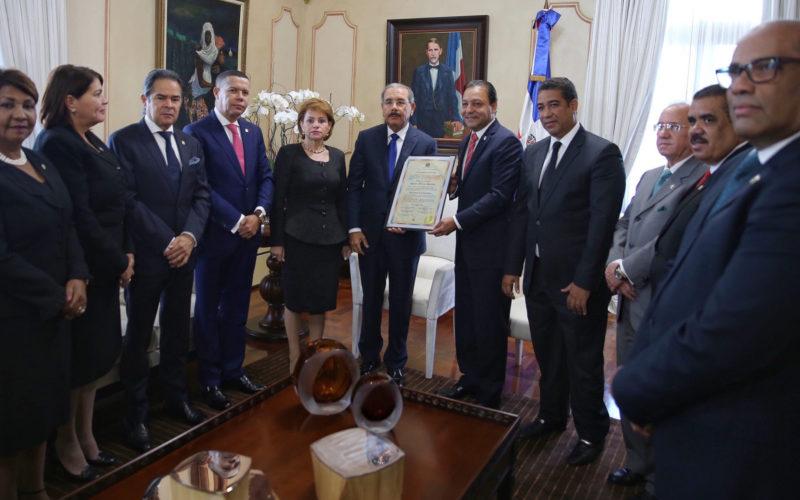Video con Danilo Medina recibiendo certificacion aprobada por Asamblea Nacional que lo acredita como Presidente electo