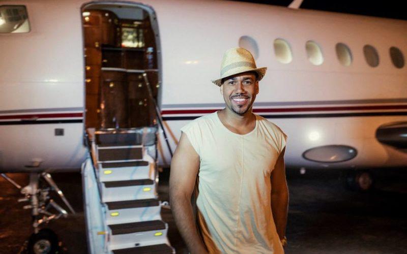 Romeo Santos llego en su avion privado para su concierto del sabado en Hard Rock Cafe y Casino Punta Cana