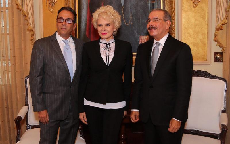El video con Charytin Goico y Guillermo Cordero recibidos por el presidente Danilo Medina en su despacho