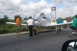Una avioneta aterriza de emeregencia en carretera de Uvero Alto y choca motorista