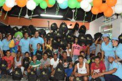 La Fundación Salvador Holguín regalando útiles escolares y computadoras en la frontera