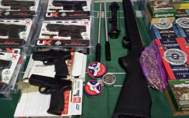 Otro cargamento de armas decomisado por Aduanas: 18 pistolas, 1 rifle de mira telescopica y 55 cajas de cartuchos