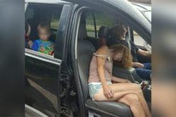 «Muertos» de sobredosis de heroína en carretera, y el muchachito mirando desde el asiento trasero del vehículo