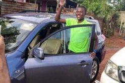 Luis Pie ya anda «monta'o»; recibio un carro que le regalo el senador Charlie Mariotti