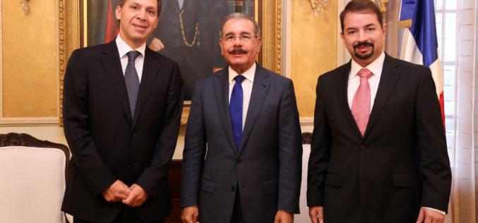 (Video) Ejecutivo América Móvil visita al presidente Danilo Medina en Palacio; invertirán US$600 millones en RD