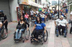 Grupo de personas con discapacidad de paseo por la Ciudad Colonial