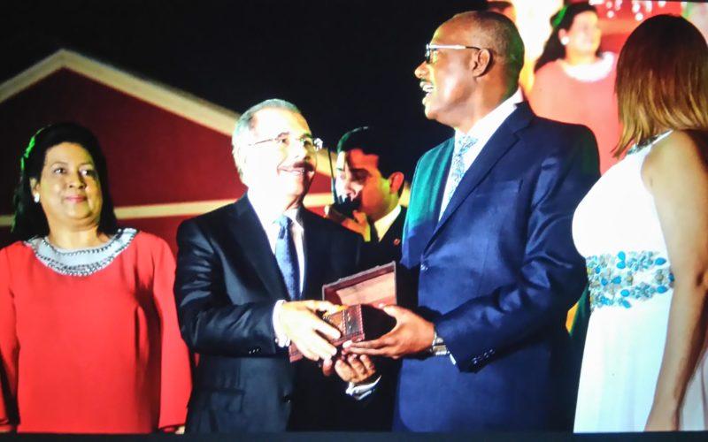 La foto en la que El Cañero se ve como el Presidente de la República , y Danilo como simple ciudadano…