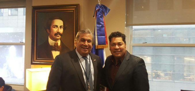El Pachá con el cónsul dominicano en Nueva York, Carlos Castillo, en una entrevista para la hisotria