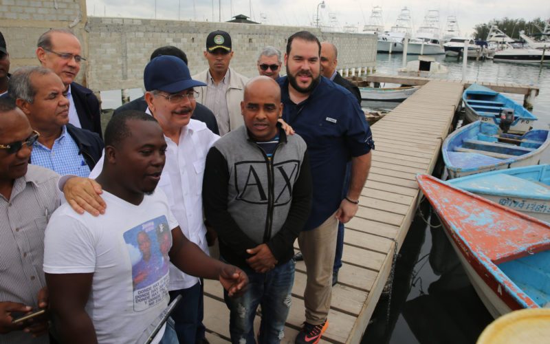 (Video) Danilo con los pescadores de Boca Chica… Les consigue $13 millones…