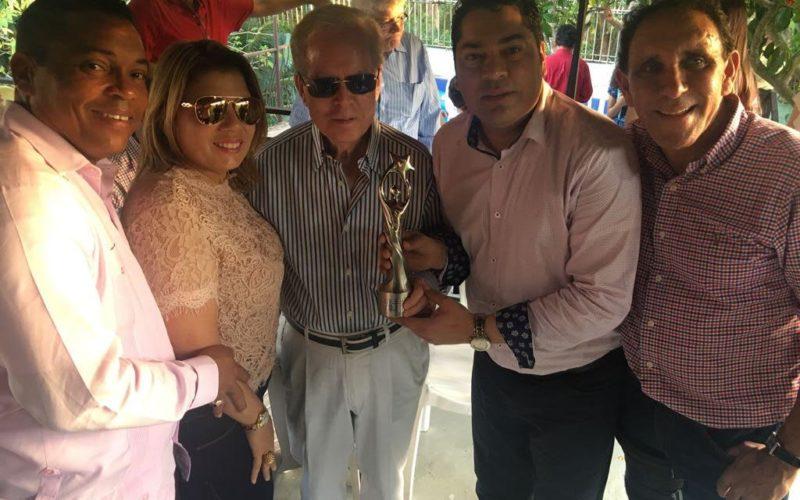 El Pachá le lleva su estatuilla como «Animador de tv» a Pepín Corripio y Simón Lizardo, entre otras personalidades