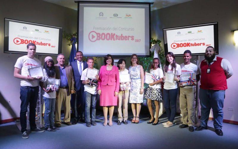 Vice Margarita premia ganadores de concurso «Booktubers»…