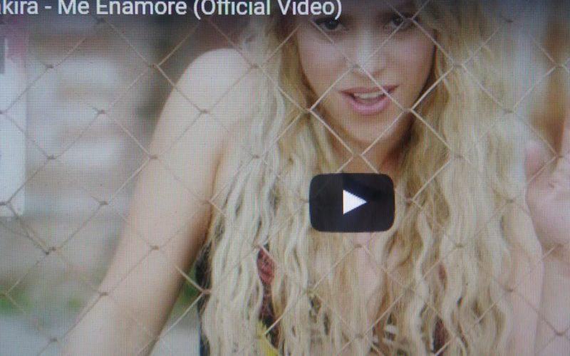 (Video) Shakira cuenta en canción/video cómo se enamoró de Piqué: «Lo vi solito y me lancé… E'te e' pa' mi o pa' ma nadie»