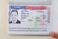 El pasaporte con visa de EEUU de Abel Martínez, el alcalde de Santiago, para «acabar» con el rumor de que se la habían cancelado