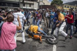 En Venezuela opositores y simpatizantes del gobierno se enfrentan en protesta frente al Tribunal Supremo de Justicia