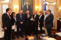 (Video) Alcalde Miami entrega llave de ciudad al presidente Danilo Medina; antes la entregó a Alicia Ortega y Fernando Hasbún
