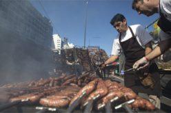 Salchichas por montones…!! El par que ganó el Campeonato del Asado en Argentina… Carne, carne, muuucha carne…!!