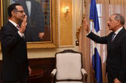 Danilo Medina juramentando a Jaime Aristy Escuder como administrador de la termoeléctrica Punta Catalina