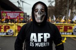 Con la imagen de la muerte protestan contra las AFP en Chile…
