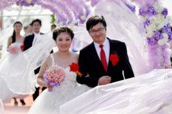 Boda conjunta… En China se casaron 21 parejas en una misma ceremonia…