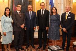 El pleno del Tribunal Superior Electoral en visita de cortesía al presidente Medina en su despacho
