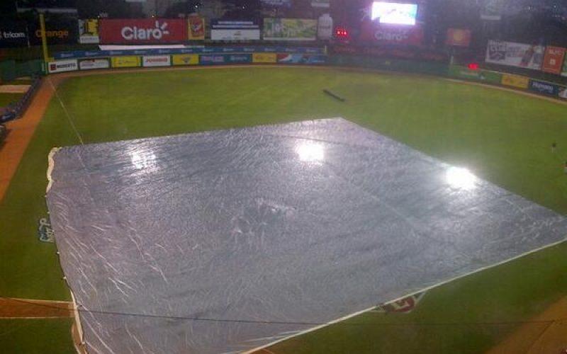 Suspensión juego Águilas y Escogido anoche no fue por lluvia; estaba rota la lona colocada para cubrir el terreno