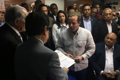 Senador José Ignacio Paliza inscribiendo su candidatura a la presidencia del PRM