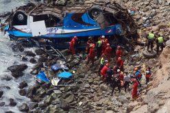 Autobús cae al vacío en la «Curva del Diablo» en Perú y mueren al menos 25 pasajeros