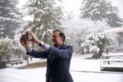 El presidente del Gobierno español, Mariano Rajoy, disfrutando la nieve que cae en Madrid
