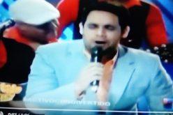 (Video) El «bachatero» Albert Mena «regao» cantando «Eso da pa' to', eso no se rompe»