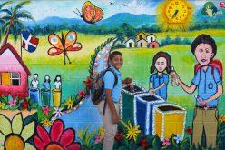 Estudiantes de quinto de primaria de El Buen Pastor realizan mural con material reciclado