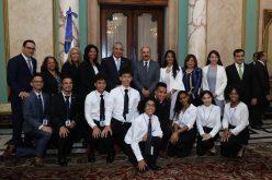 Presidente Medina recibe a 10 estudiantes meritorios de Nueva York de origen dominicano