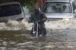 (Video) Vidal Cedeño con Triffolio viendo la lluvia caer en Santo Domingo y criticando y «bufeándose» el sistema de drenaje de la ciudad