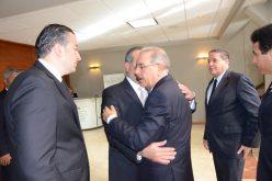 Danilo acude a funeraria y expresa condolencias a familiares de César Medina y Fernando Rainieri