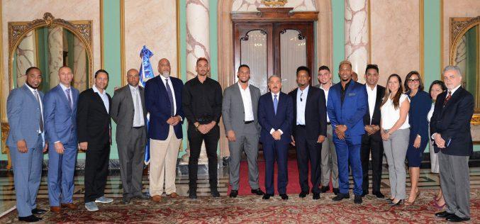 (Video) Danilo como que dijo que ya está bueno para recibirlos uno por uno en Palacio; recibió a la Asociación de Peloteros de Grandes Ligas