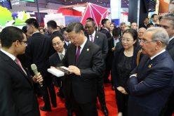 (Video) Presidente de China, Xi Jinping, visita stand de RD en Feria de Shangai; lo recibe su homólogo dominicano Danilo Medina