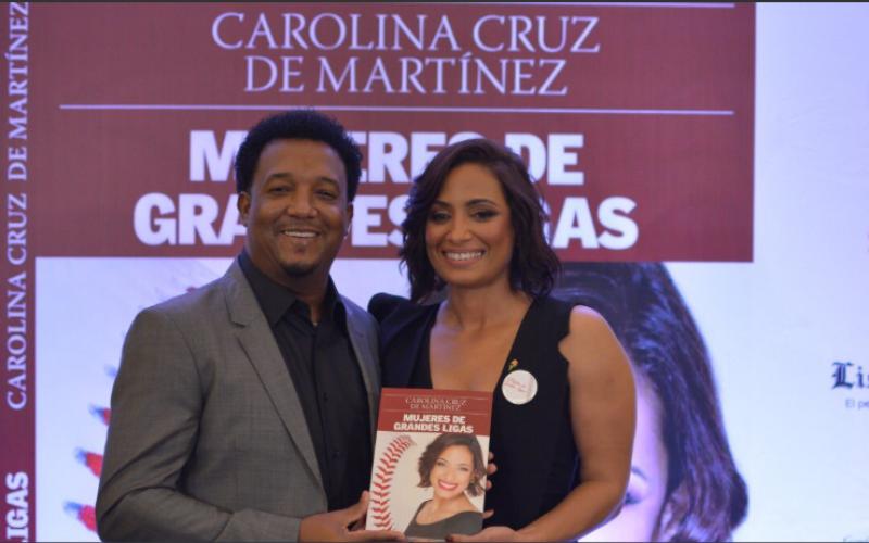 Pedro Martínez y su reconocimiento a Carolina su esposa por publicación de «Mujeres de Granes Ligas», su libro: «Felicidades mi amor, compañera incondicional, esposa»