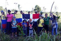 Venezolanos reforestando en República Dominicana