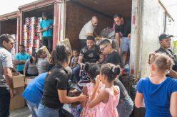 (Video) Romeo Santos en baño de pueblo y repartiendo juguetes en La Zurza