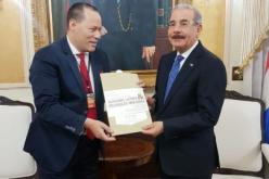 El Rey de la Radio recibido por el presidente Danilo Medina en Palacio; entregó al mandatario su invitación a la Boda Deportiva