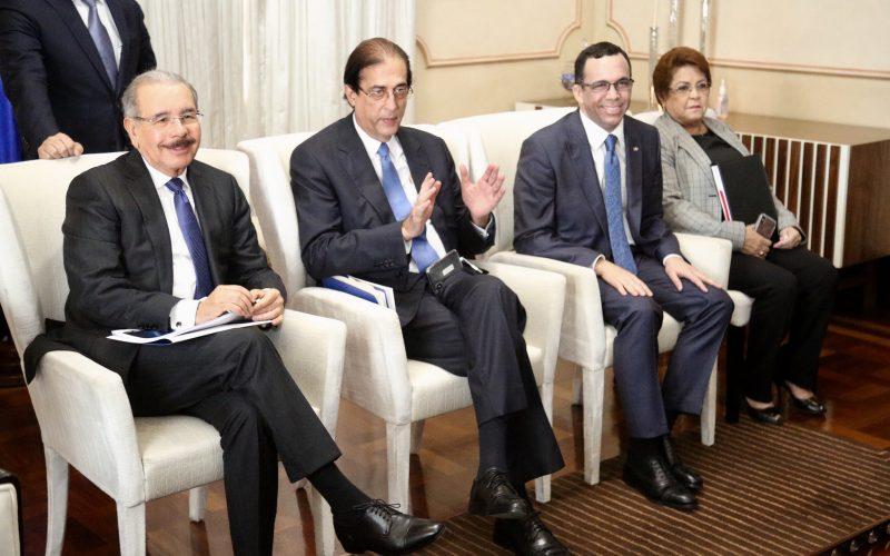 (Video) Danilo Medina «chequeando» la República Digital…