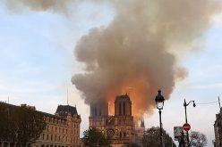Atacada por la voracidad del incendio se derrumba la aguja de la catedral de Notre Dame en París