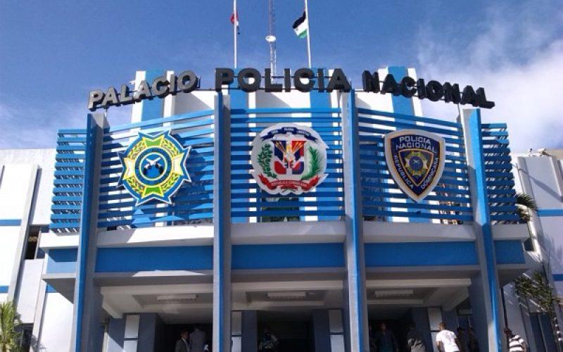 Policía apresa a «Alambrito» y a «Maiki»; desmantela banda que con ropa militar y gorra de DNCD asaltaba comercioas y bancas en La Romana