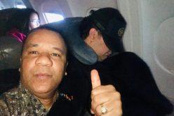 Y ahí está El Pachá oootra vez durmiendo en el avión… Y Vidal fotografiándolo para que quede como prueba…