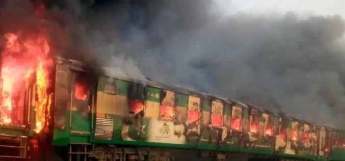 Al menos 65 muertos al incendiarse tren de pasajeros