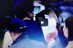 (Video) Fernando Villalona El Mayimbe «bañándose de pueblo» con sus fans en un colmado… «Eso no se cambia por nada»…