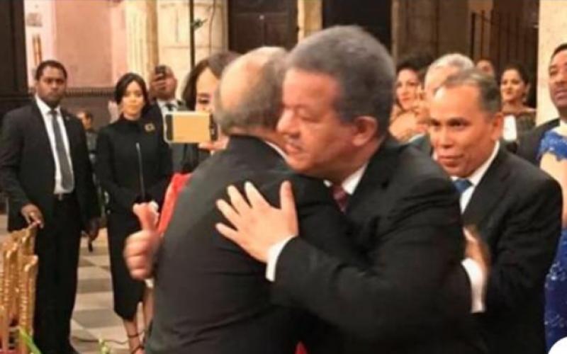 Leonel Fernández acude a funeraria a expresar pésame a Danilo Medina por fallecimiento de su padre