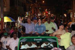 Y ahí va Hony Estrella, entre Leonel y Johnny Ventura, en campaña política «full»